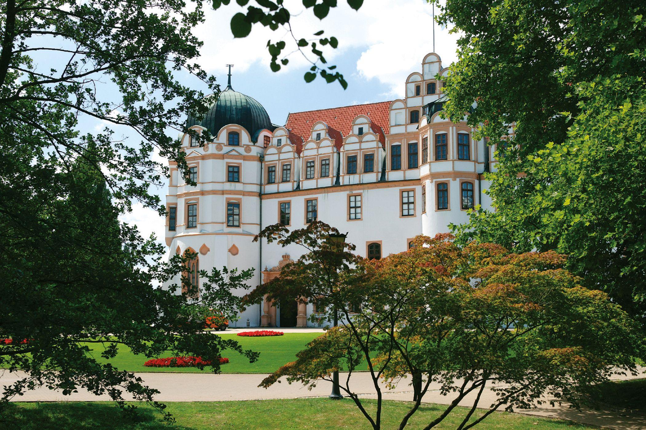 Das Schloss unter blauem Himmel.