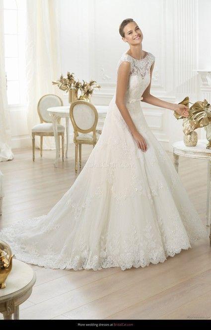 e mets en vente une très belle robe de mariée marque Pronovias, de taille 38 modele lenit 2014, portée une seule fois et en parfait état, elle est accompagnée de son jupon et sa ceinture.   De style rétro elle a un tres joli dos nu et une belle traine rét
