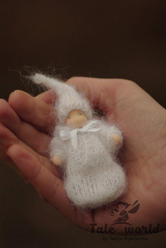 Waldorf kleine Babypuppe in gestrickten Kleidung - Schwangerschaft Ankündigung Ideen - 2-Zoll-Puppe in weißen Kleidern - kleine Waldorf Puppe #allwhiteclothes