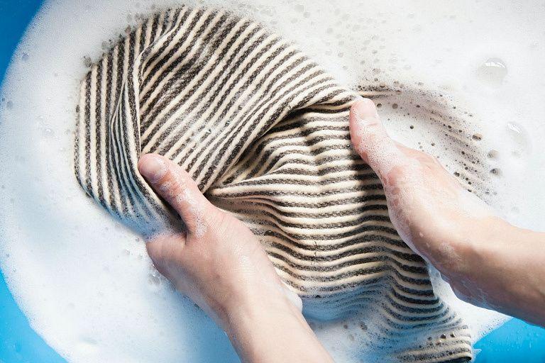 Cómo Lavar La Ropa A Mano Cuidados Y Consejos Ellas Hablan Lavar Ropa Bebe Como Lavar A Mano Ropa