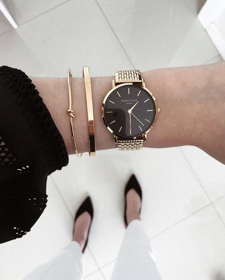 "Photo of 𝐦𝐨𝐧𝐢𝐪𝐮𝐞 𝐠𝐮𝐞𝐫𝐢𝐧𝐢. on Instagram: ""g o l d . ✨   watch @rosefieldwatches   braceletes @authenticaloficial • #accessories #gold #minimal #minimalwatch #modaparameninas…"""