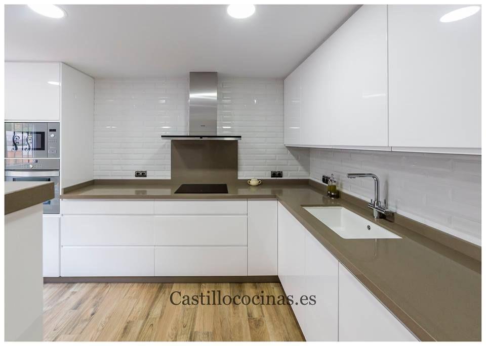 Cocina lacada con silestone noka de muebles castillo for Silestone malaga