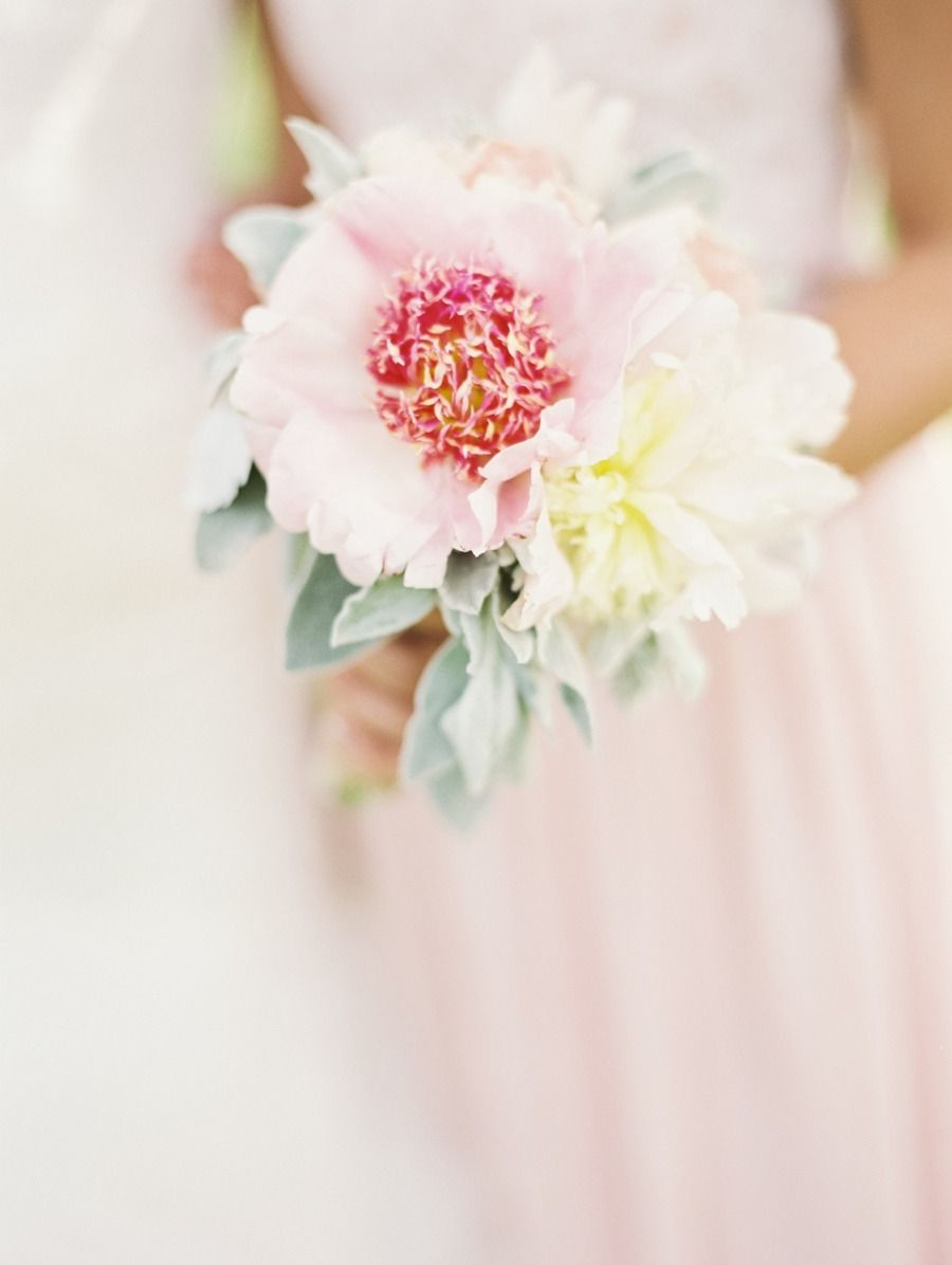 Flowers by Molly Ryan Floral Photo by Laura Gordon Photography (via Style Me Pretty).