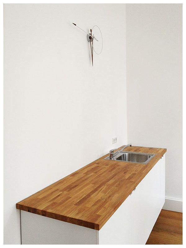gerade aufgebaut. puristische ikea küche und eine uhr von nomon. deko folgt.