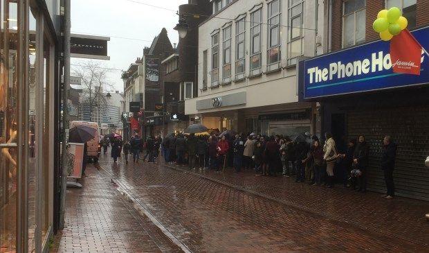 HILVERSUM - De gekte rond de tijdelijke heropening van de V&D gaat ook op voor Hilversum. Even na 9.30 uur vanmorgen stonden al tientallen mensen te wachten voor de deuren van het failliete warenhuis aan de Kerkstraat. Vlak voor de opening stonden honderden koopjesjagers te wachten totdat ze naar binnen konden vanaf 10.00 uur.
