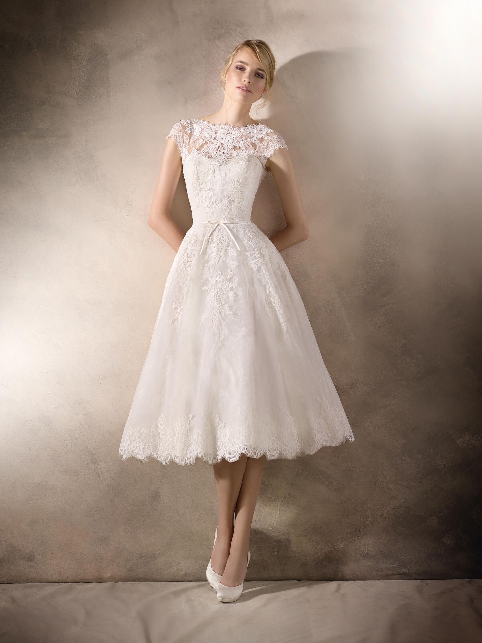 Hila is a romantic short wedding dress in lace tulle guipure and