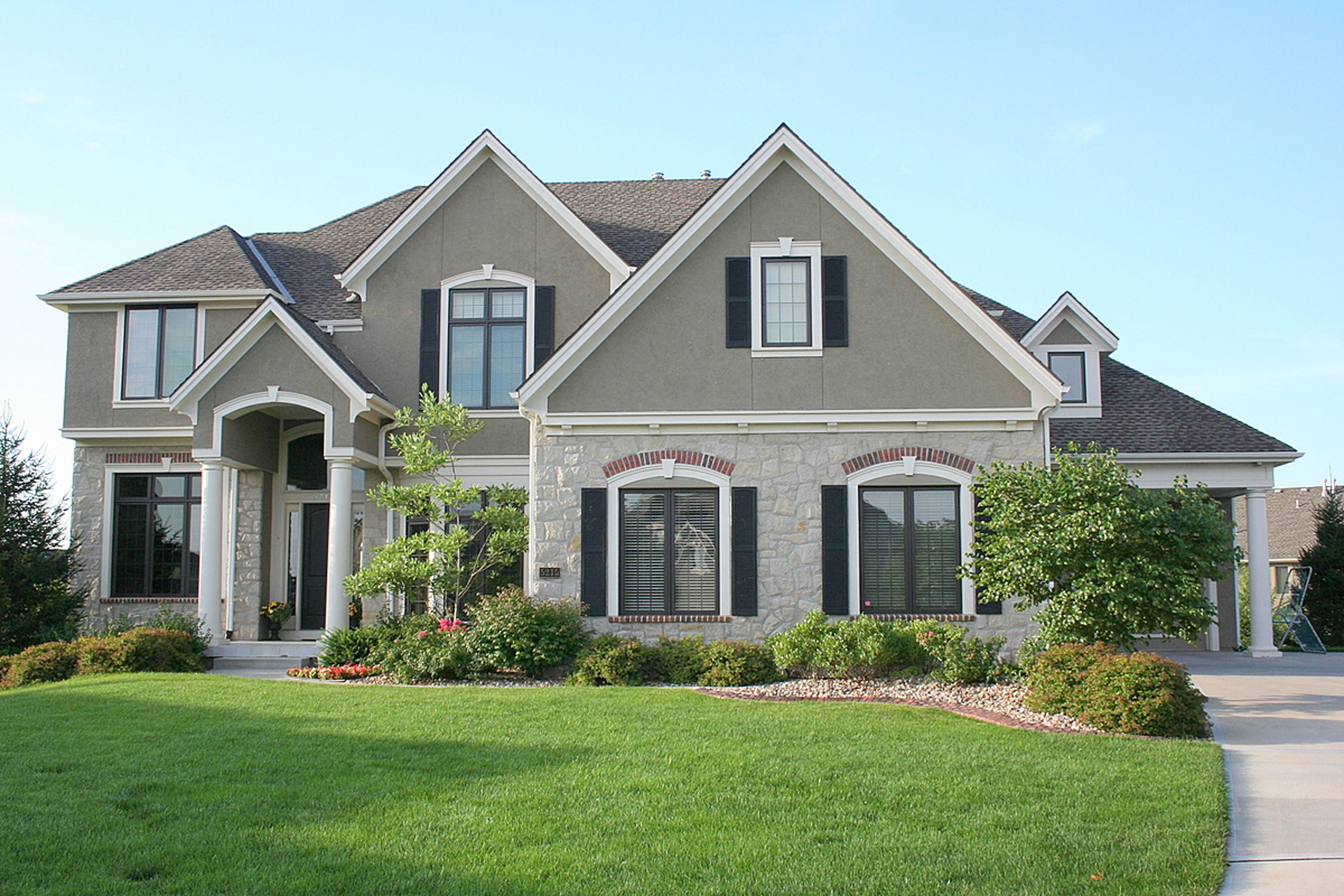 House Design Chic House Design Inspiration With White Gray Wall Black Window Frames And Green Yard Cool Ho Stone Exterior Houses House Exterior Beautiful Homes