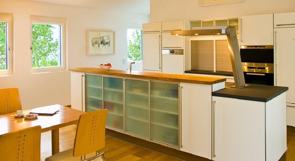 Moderne Küche offen mit Theke und Esstisch - Inneneinrichtung