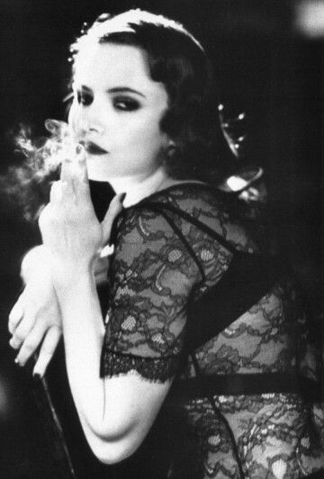 Jennifer Jason Leigh röker en cigarett (eller weed)