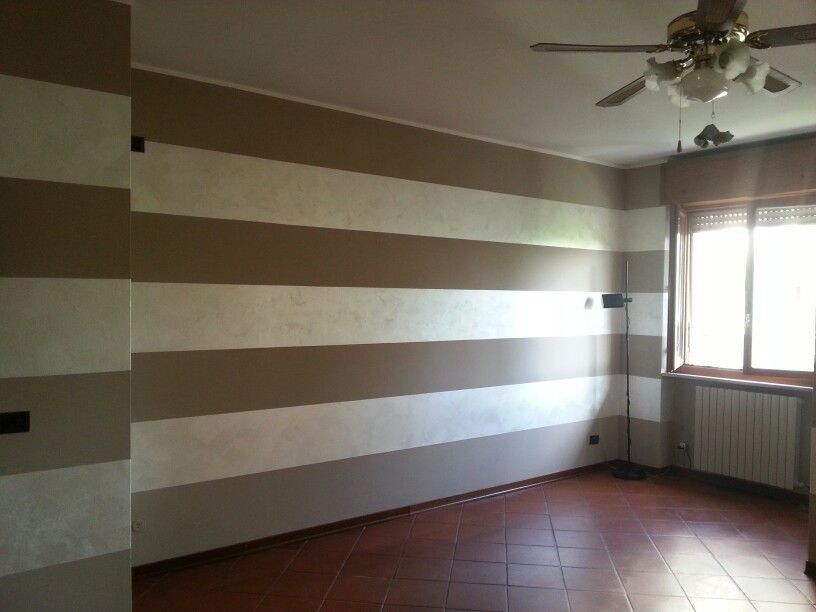 Pareti decorate a strisce bicolore imbiancature e for Decorazioni moderne pareti