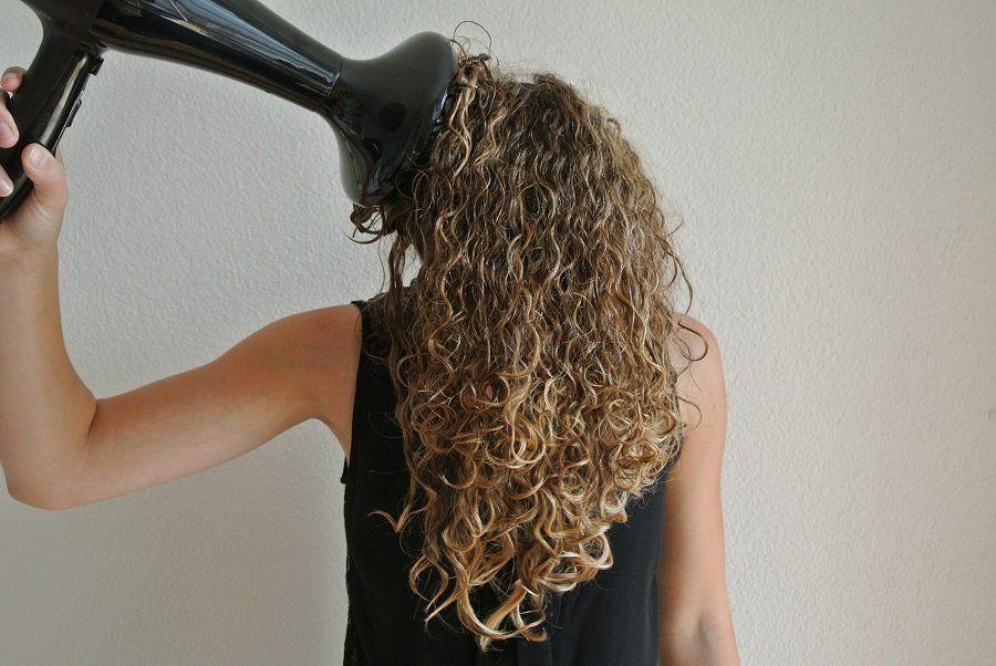 mujer secando cabello con difusor