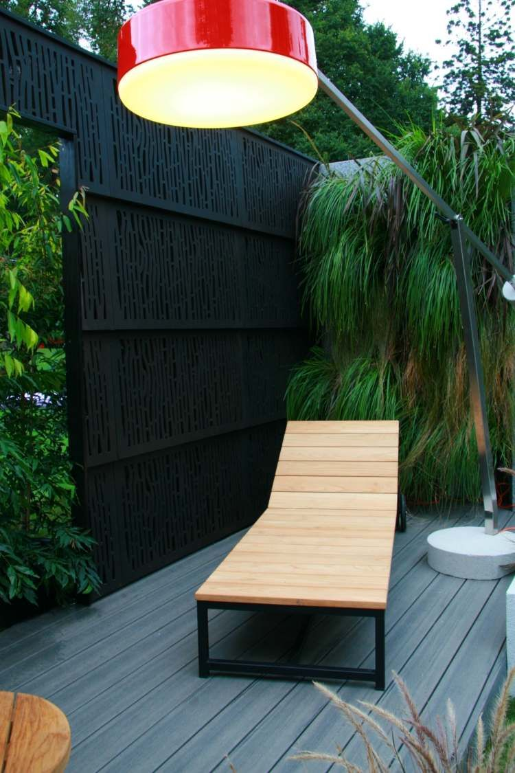 moderner Sichtschutz Zaun aus schwarzem Stahl Garten
