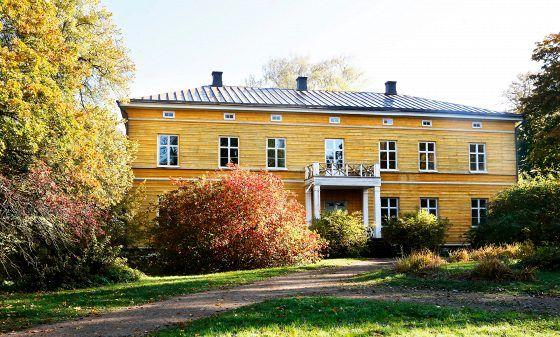 Anjalan kartanon nykyinen päärakennus rakennettiin 1700- ja 1800-lukujen vaihteessa Kymijoen rantaan. Enimmäkseen kesäkäytössä olleessa talossa on ollut pysyvää asutusta vain vähän aikaa. 1950-luvulla talossa asui Karjalan evakoita.