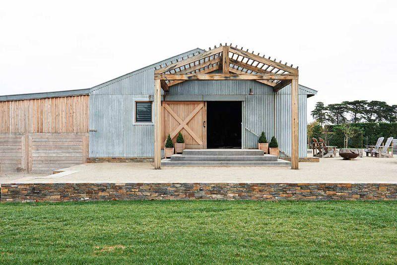 Un antiguo granero convertido en un elegante espacio rústico.