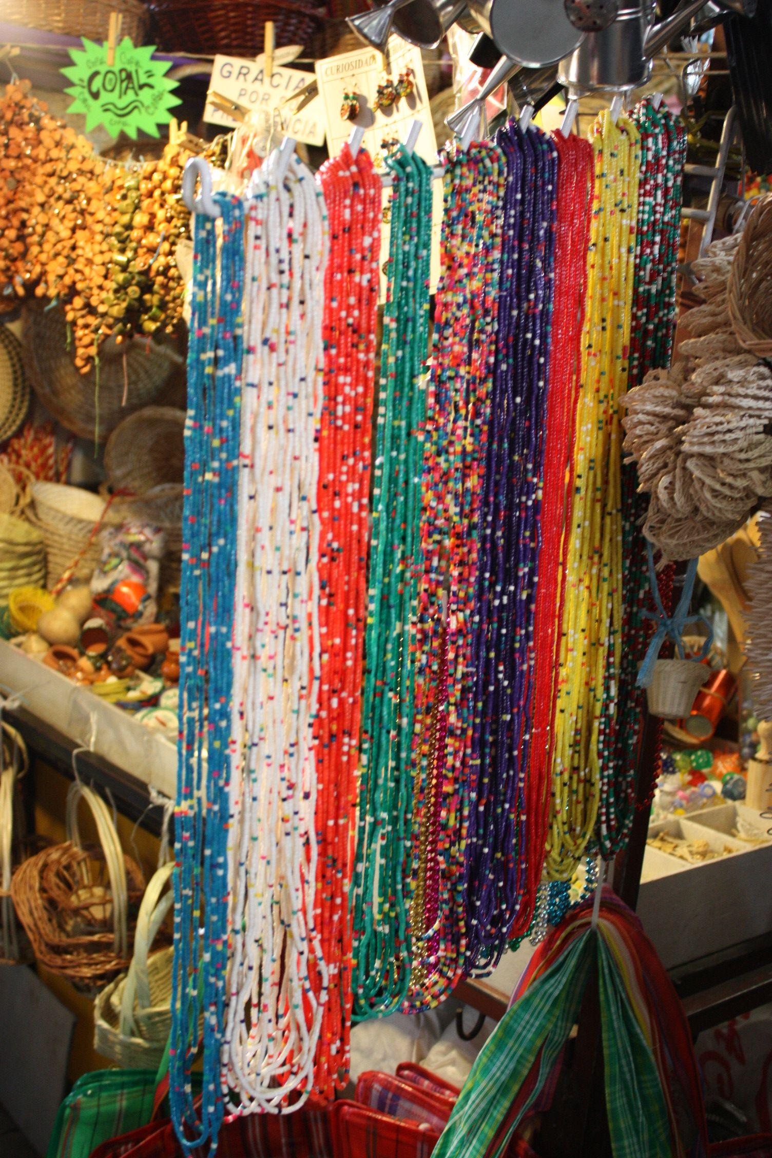 Collares de colores en el mercado de guanajuato mexican
