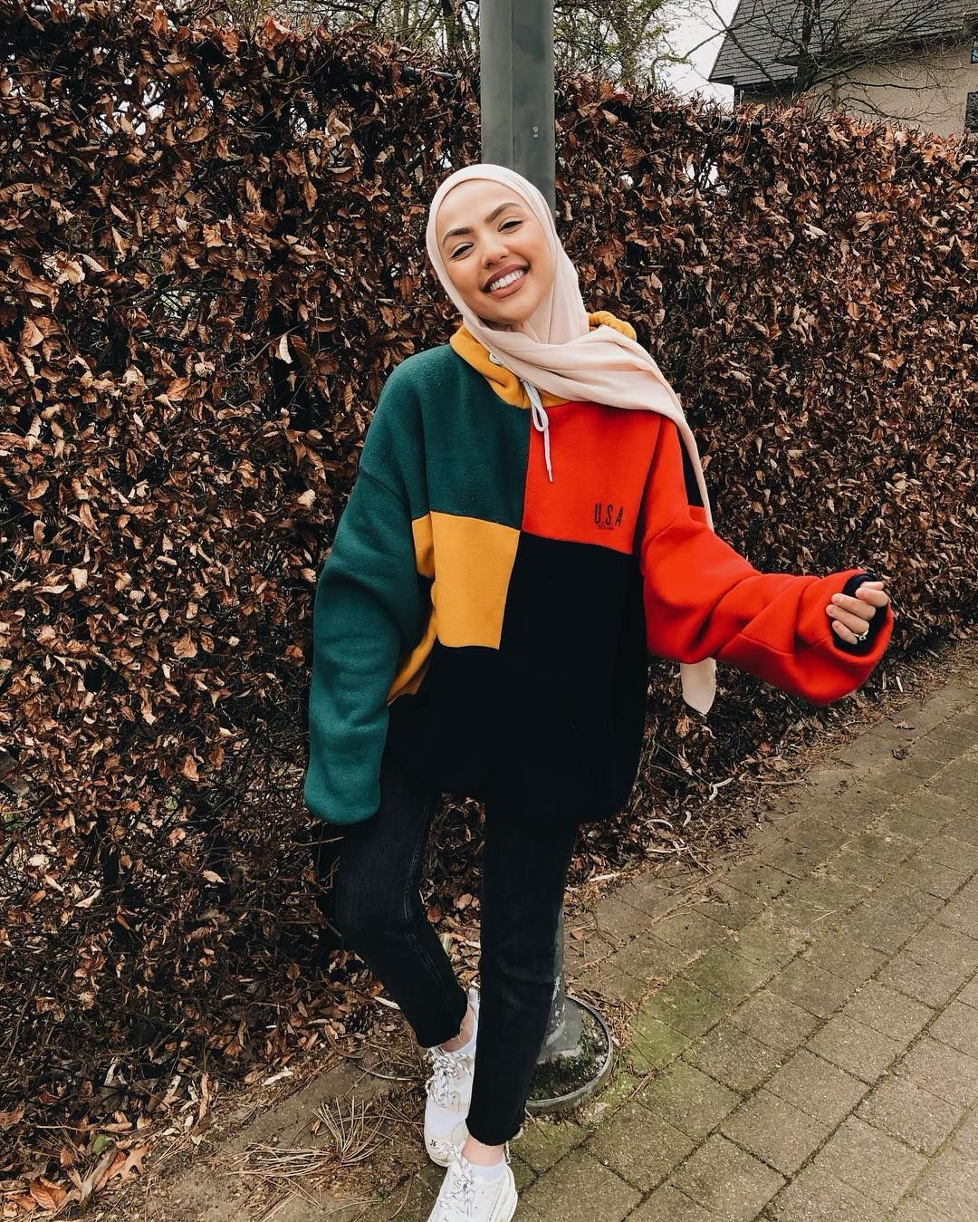 L Image Contient Peut Etre 1 Personne Debout Enfant Chaussures Et Plein Air Hijabi Outfits Casual Casual Winter Outfits Street Hijab Fashion