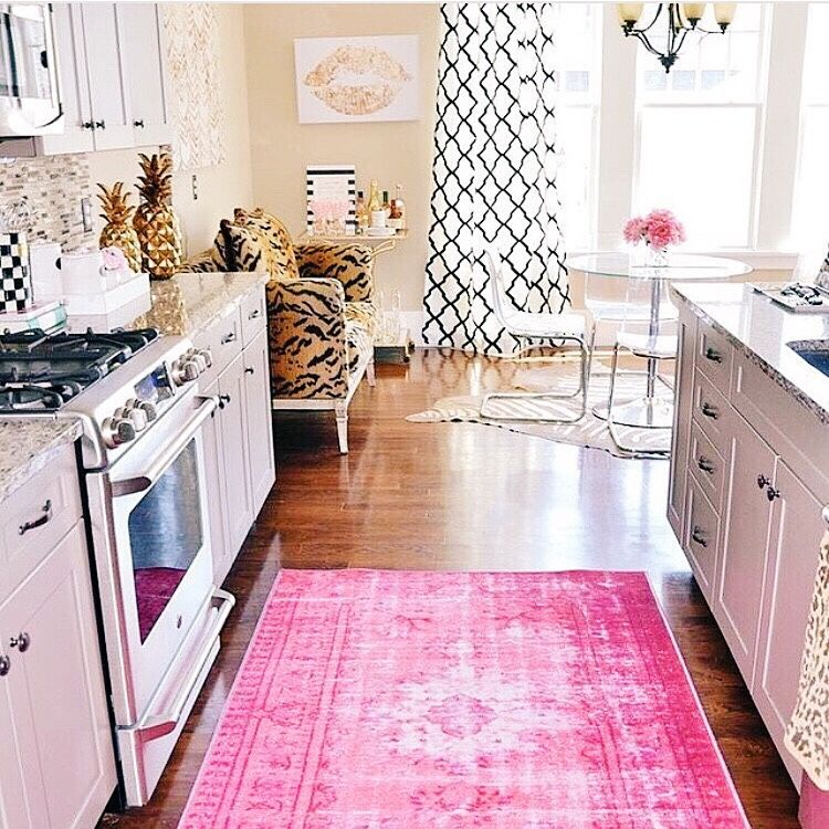 Cupcakekristie Overdyed Pink Rug Kiss Wall Art Gold