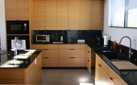 Best Rift Cut White Oak Cabinets And Black Glass Backsplash 400 x 300