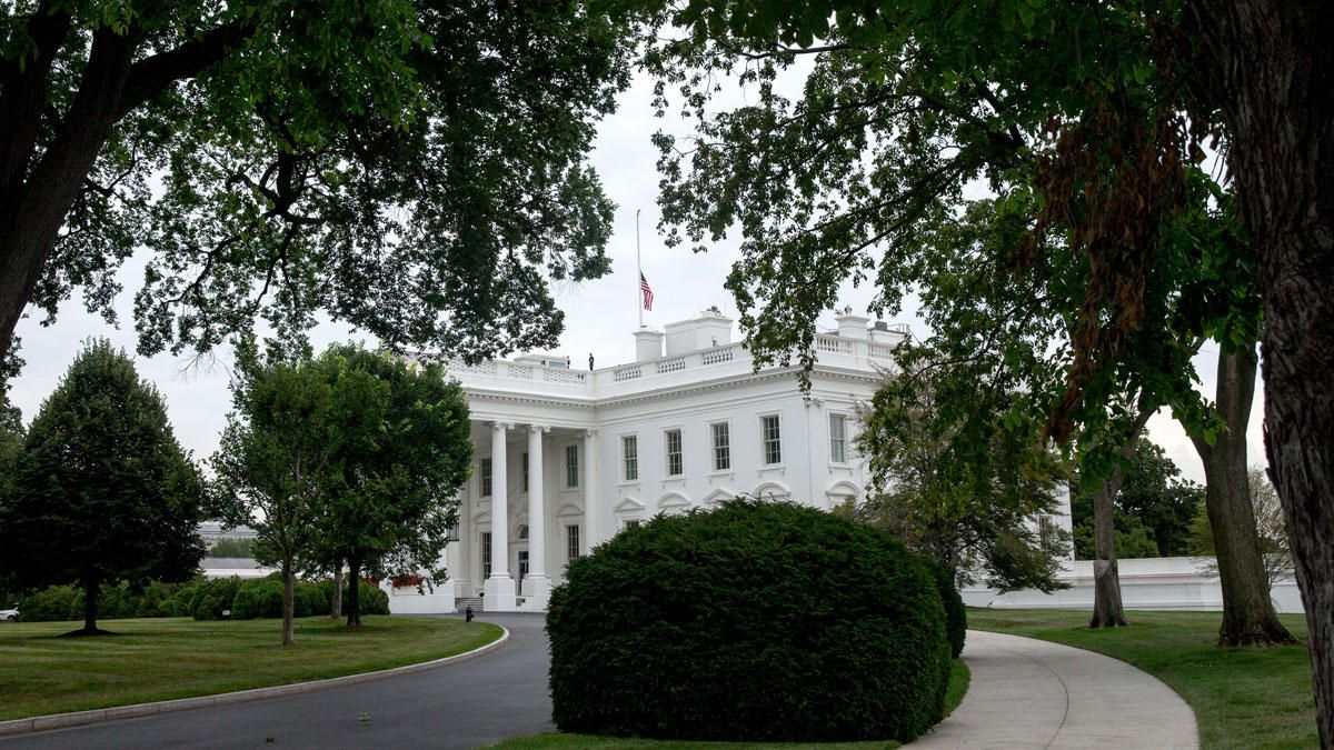 White House Flag At Half Staff In Honor Of Chattanooga Victims Chattanooga House Flags White House