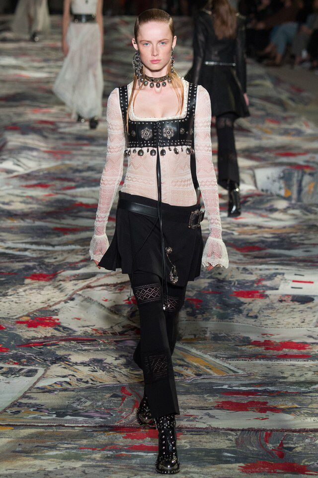 Alexander McQueen - Spring 2017 Ready-to-Wear Black Dahlia ou Night in Berlin