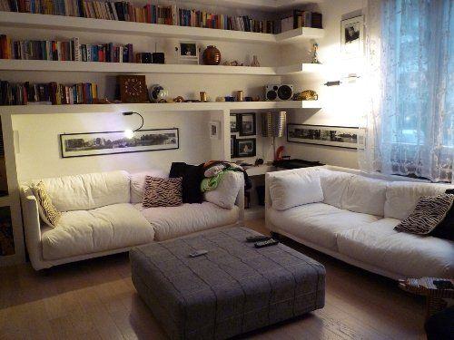 Librerie Dietro Al Divano : Decorare la parete dietro al divano mensole sopra divano