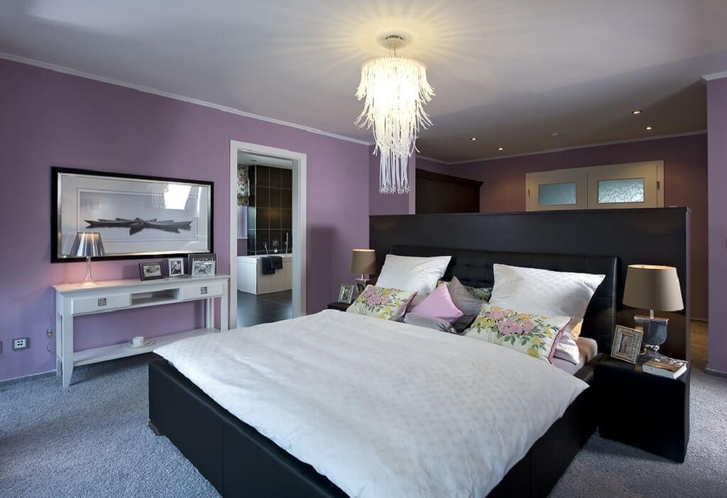 ... Schlafzimmer Bett Frei Im Raum Stehend Wandfarbe Lila   Ideen ...