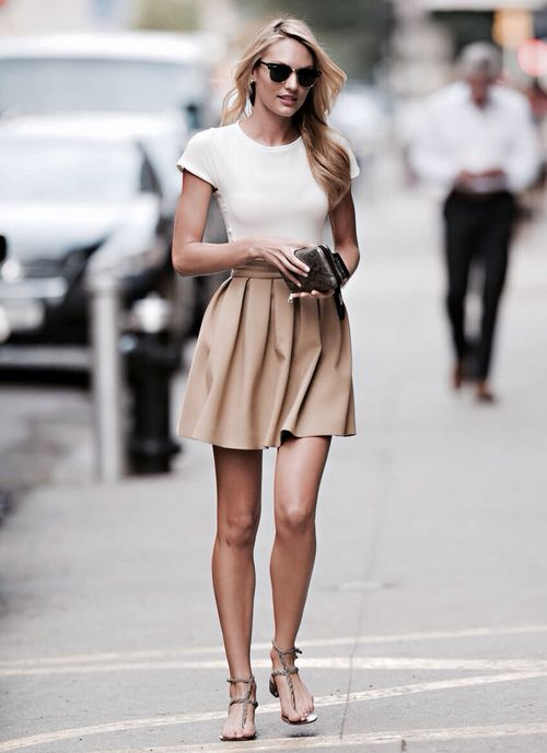 Pretty in pleats, Candice Swanepoel breezes through London Fashion Week with a simple tee and a flirty skirt.