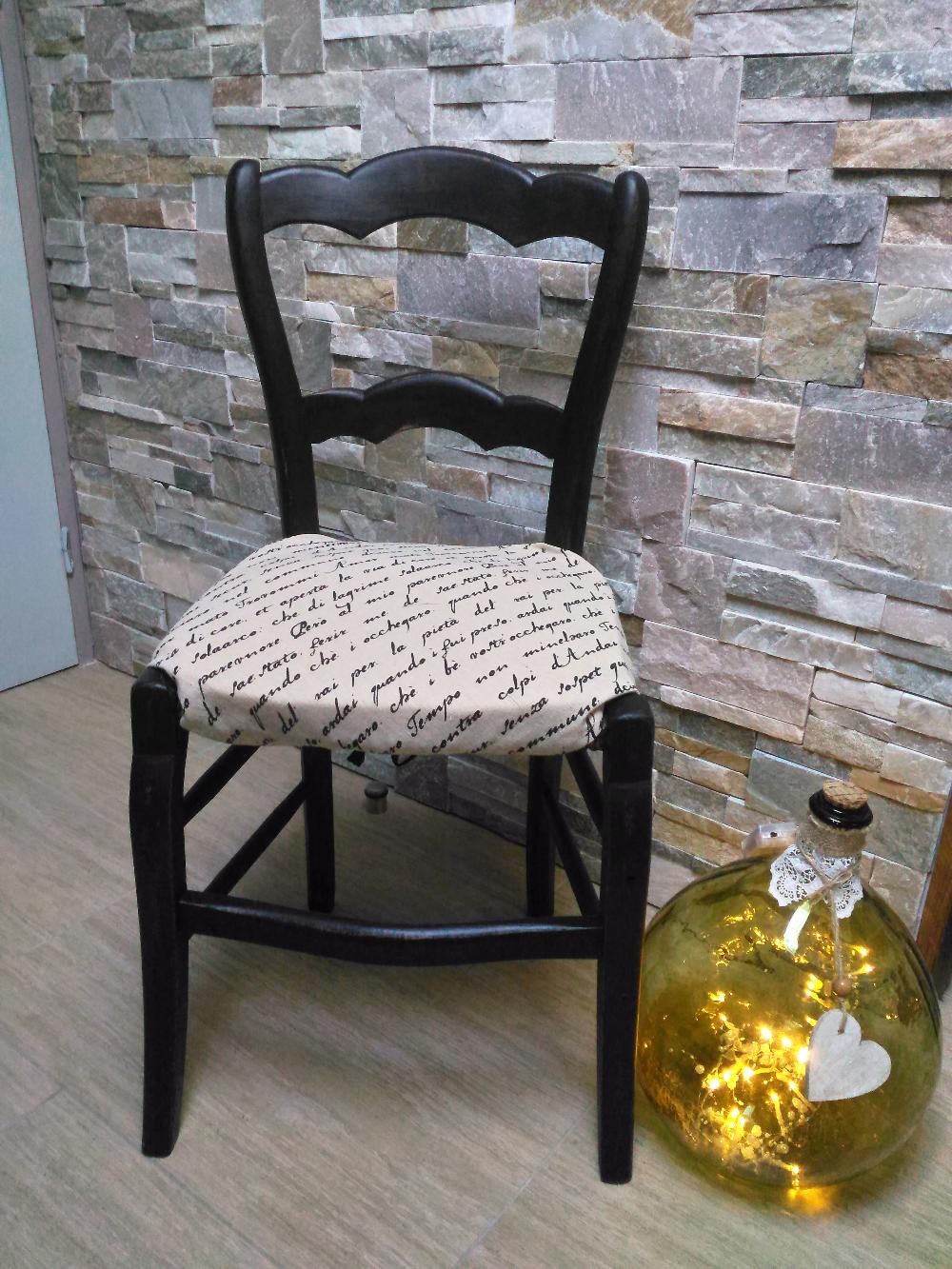 Les Chaises Et Tabourets Creatrice Et Relooking De Meubles Et Objets En Sarthe En 2020 Relooking Chaise Salle A Manger Relooking De Chaise Relooking Meuble