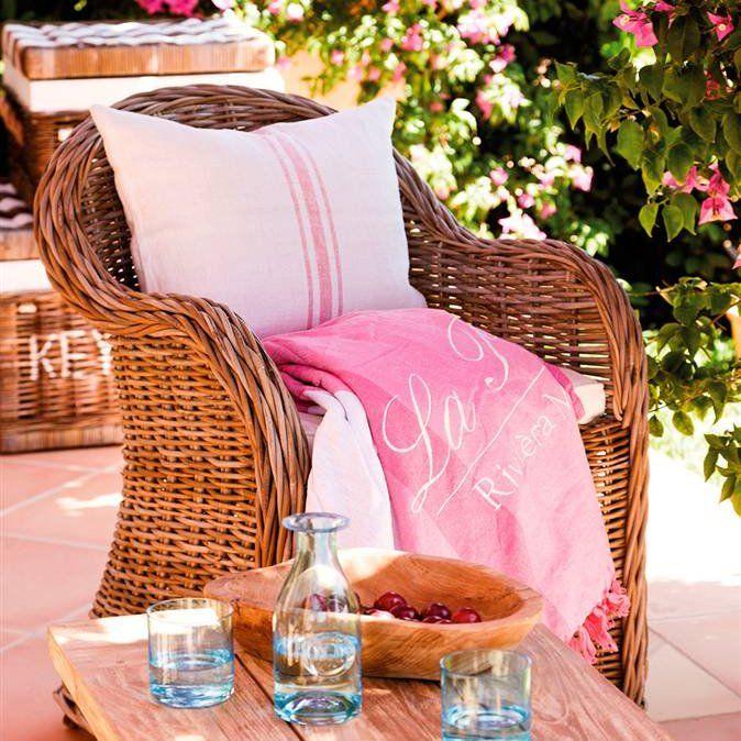 Butaca de mimbre natural en terraza con coj n blanco a rayas rosa y plai outdoor pinterest - Butacas de mimbre ...