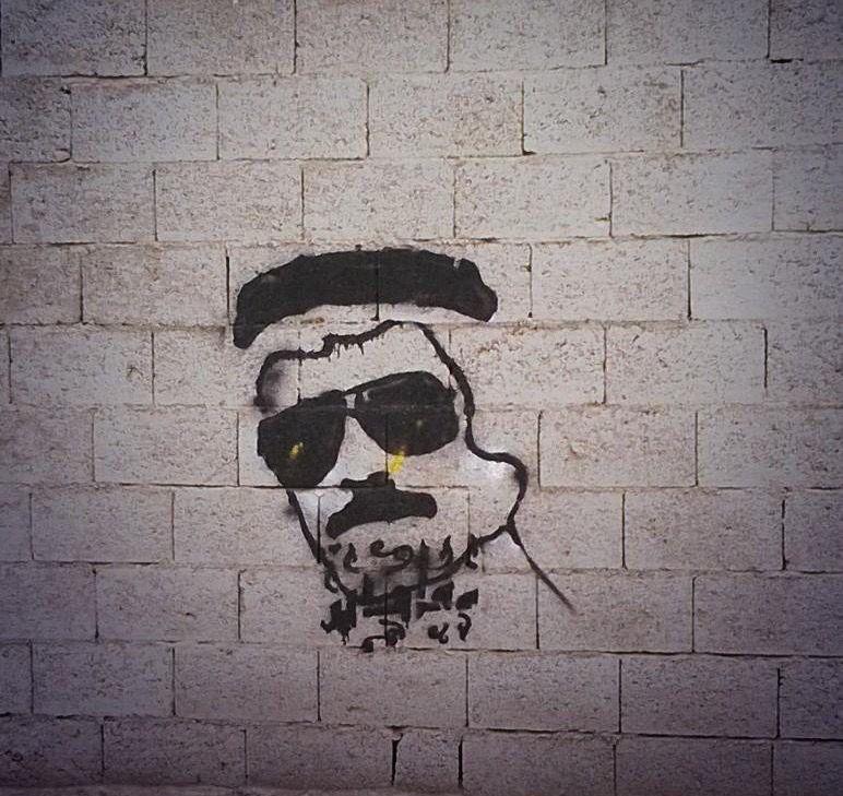غرافيتي لصوت الأرض طلال مداح على جدار إحدى حواري مدينة أبها