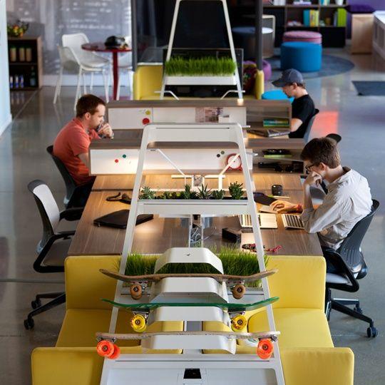 10 Creative Examples For Dividing Small Spaces: Mesa De Madeira E Detalhes Coloridos, Com Plantas, Branco