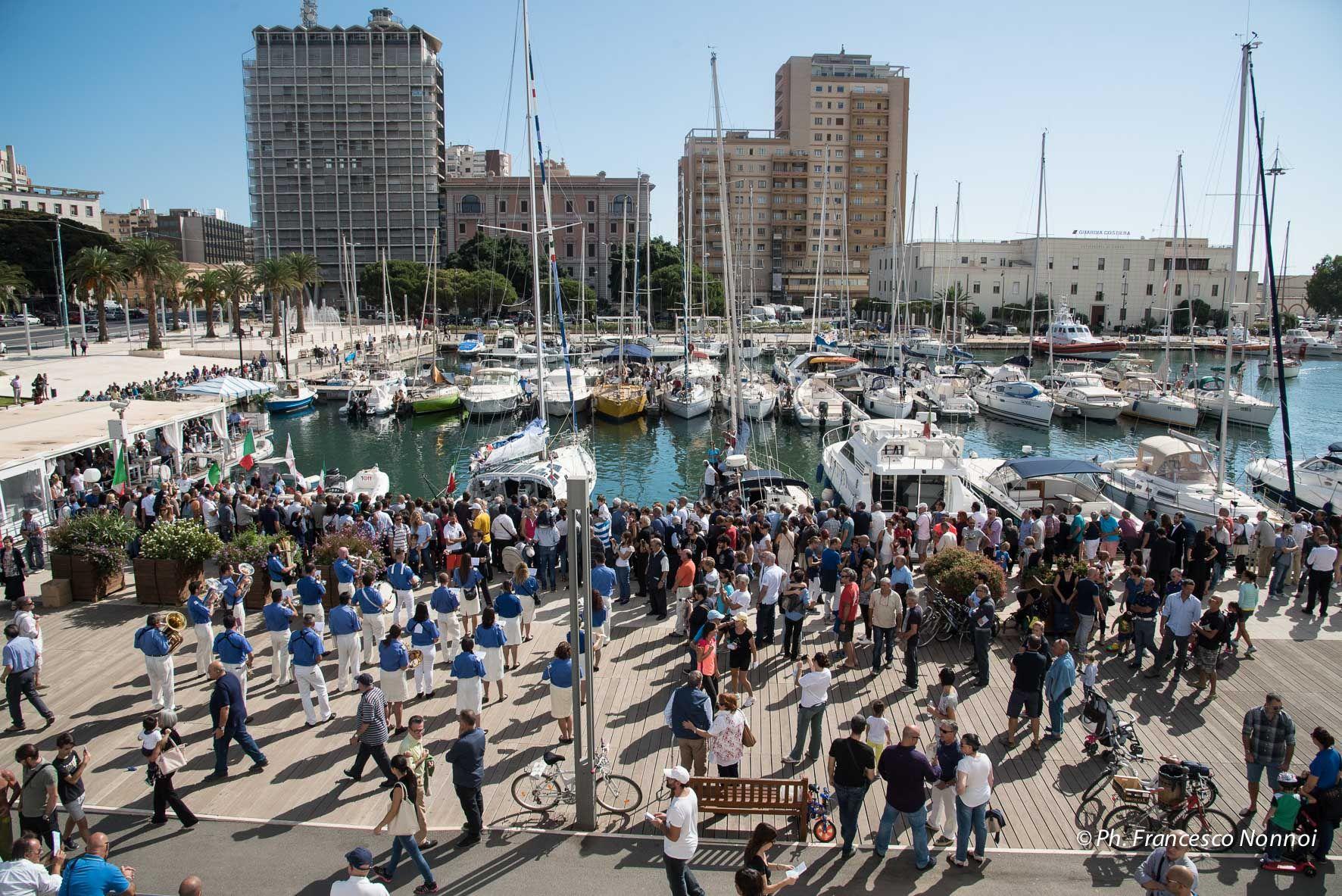 La cerimonia, prima di partire, al porto di Cagliari