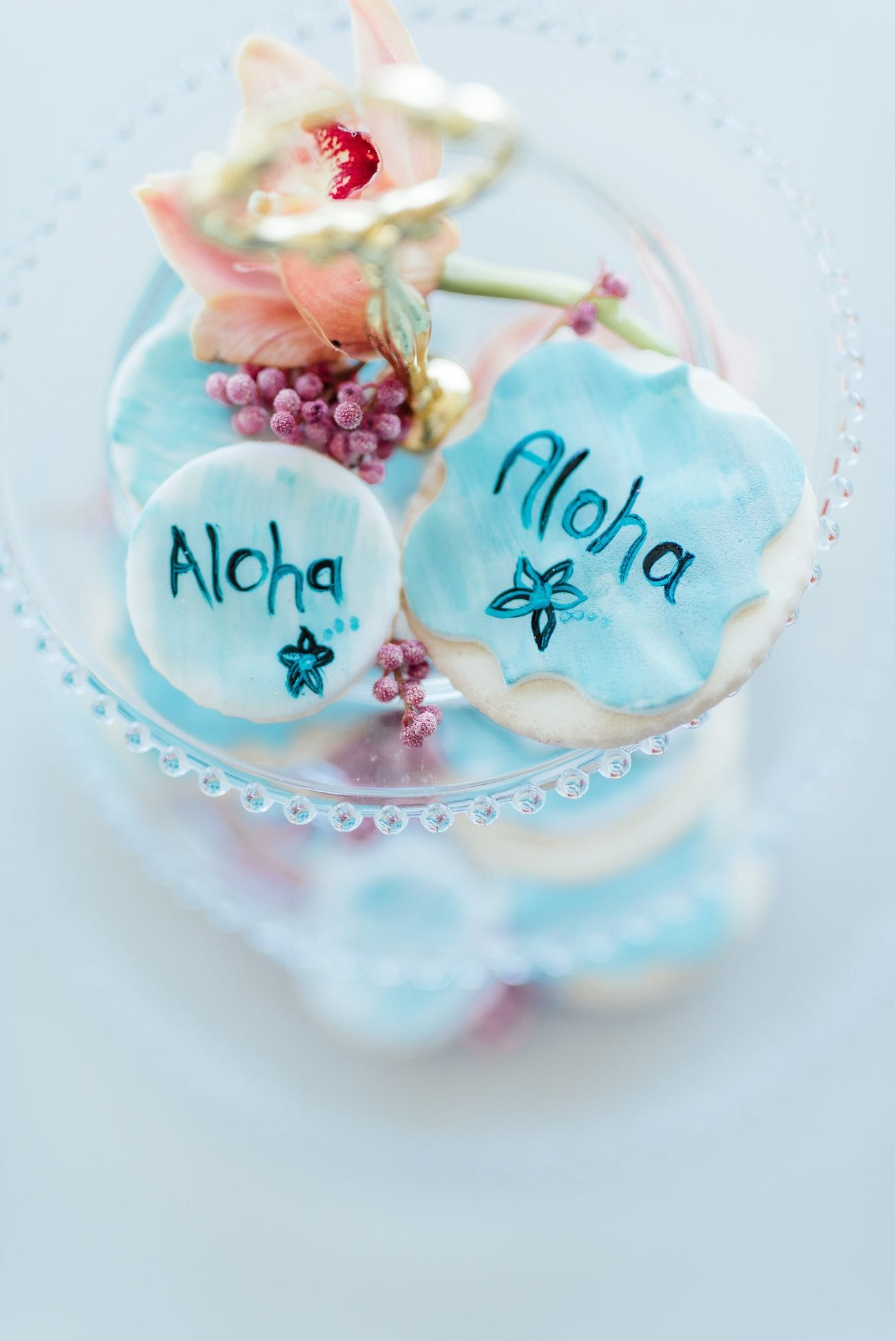 Aloha! Hand painted biscuit wedding favors for a pastel mint tropical wedding. Click for the most absolutely gorgeous Tropical Wedding ideas ever! http://www.confettidaydreams.com/tropical-wedding-ideas/