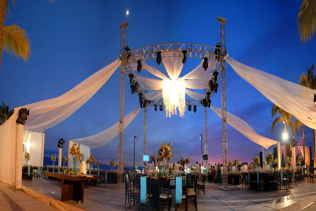 Puerto Vallarta is the most romantic place in México, so it's great place for your wedding.