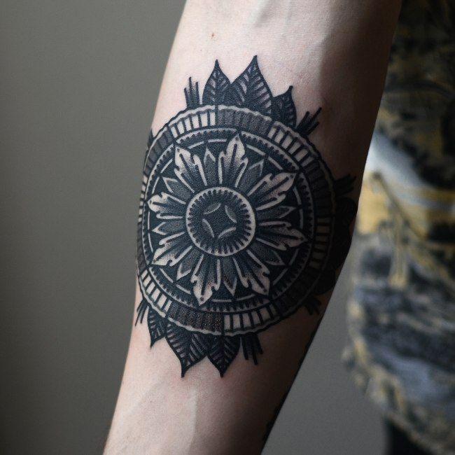 Tatouage mandala noir et blanc sur avant bras pour homme mandala tattoo arm tattoo mens - Tattoo avant bras homme ...