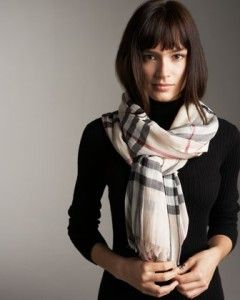 A fal outfit with a Burberry scarf. Learn how to wear a scarf this fall 1a110c6aa67
