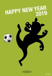 サッカーする猪の年賀状 年賀状 年賀状 無料 イラスト 素材 無料