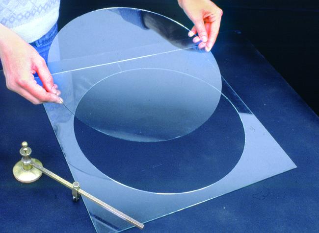 Il taglio del vetro richiede pochi e semplici attrezzi, ma è molto importante la preparazione della zona di lavoro. Tutto ciò che c'è da sapere sul vetro.