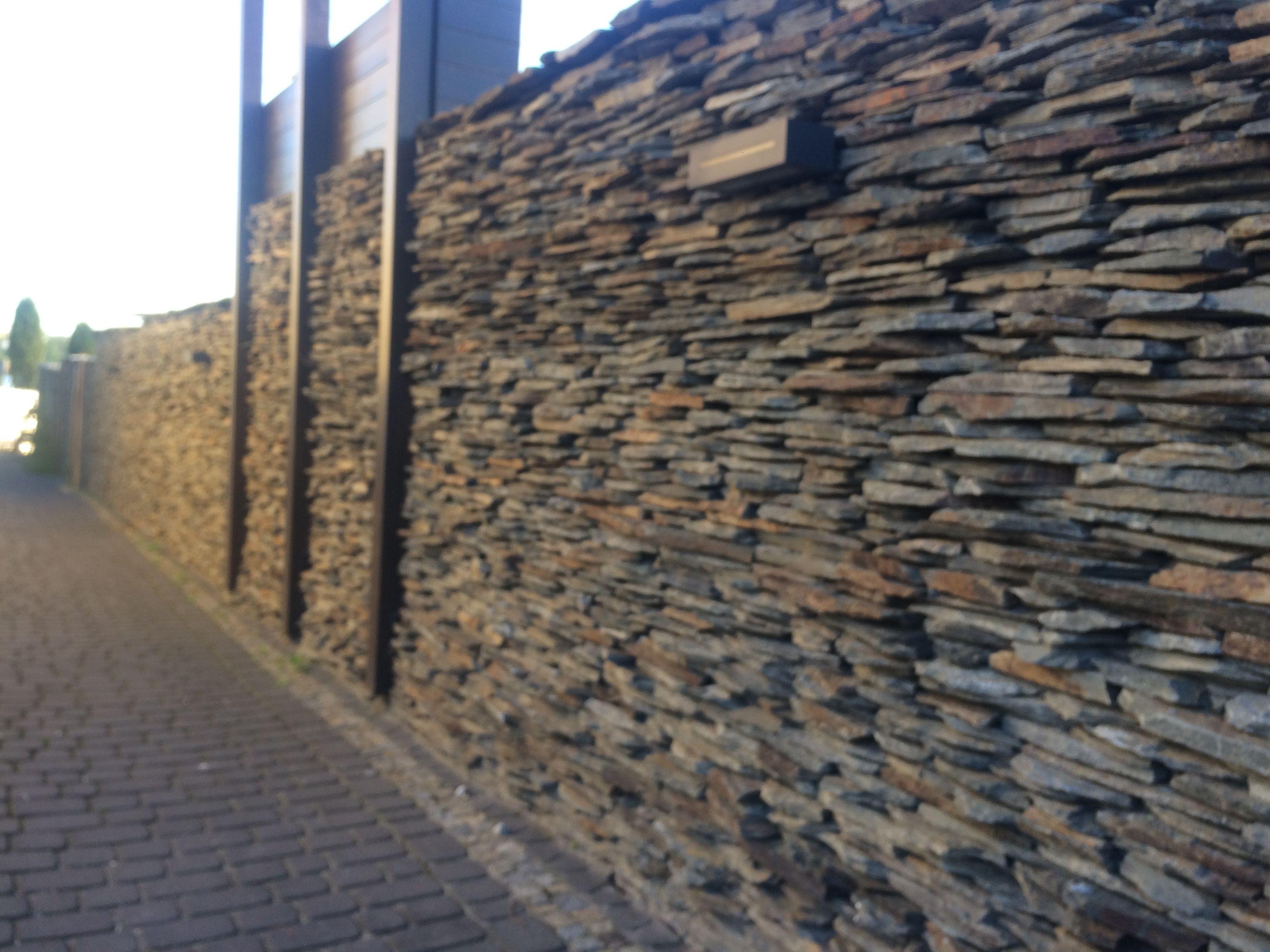Kamienny mur wykonany z łupka szaroglazowego