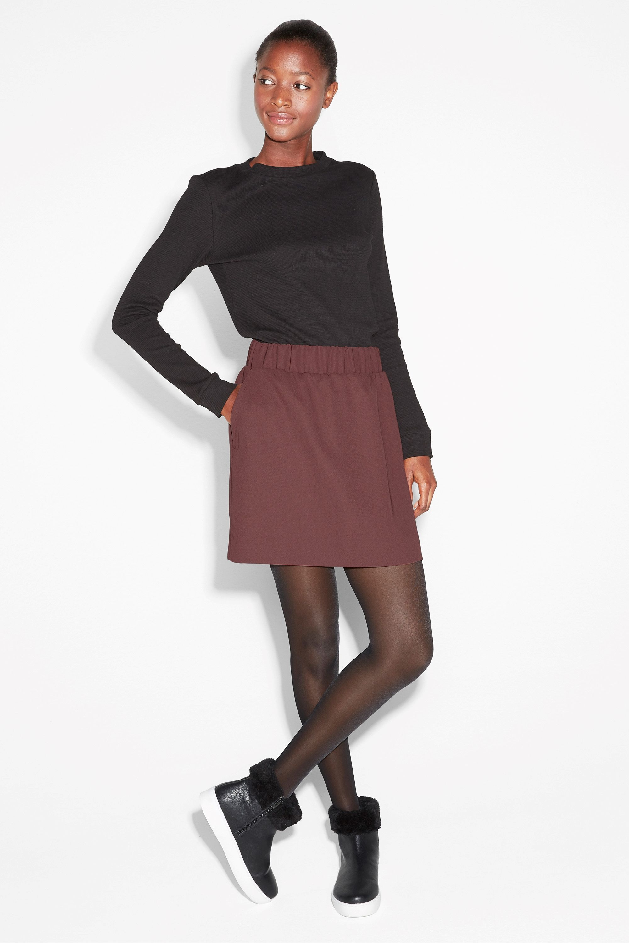 A short skirt with a ruched elastic waist and slant pockets, ready to be styled every which way.