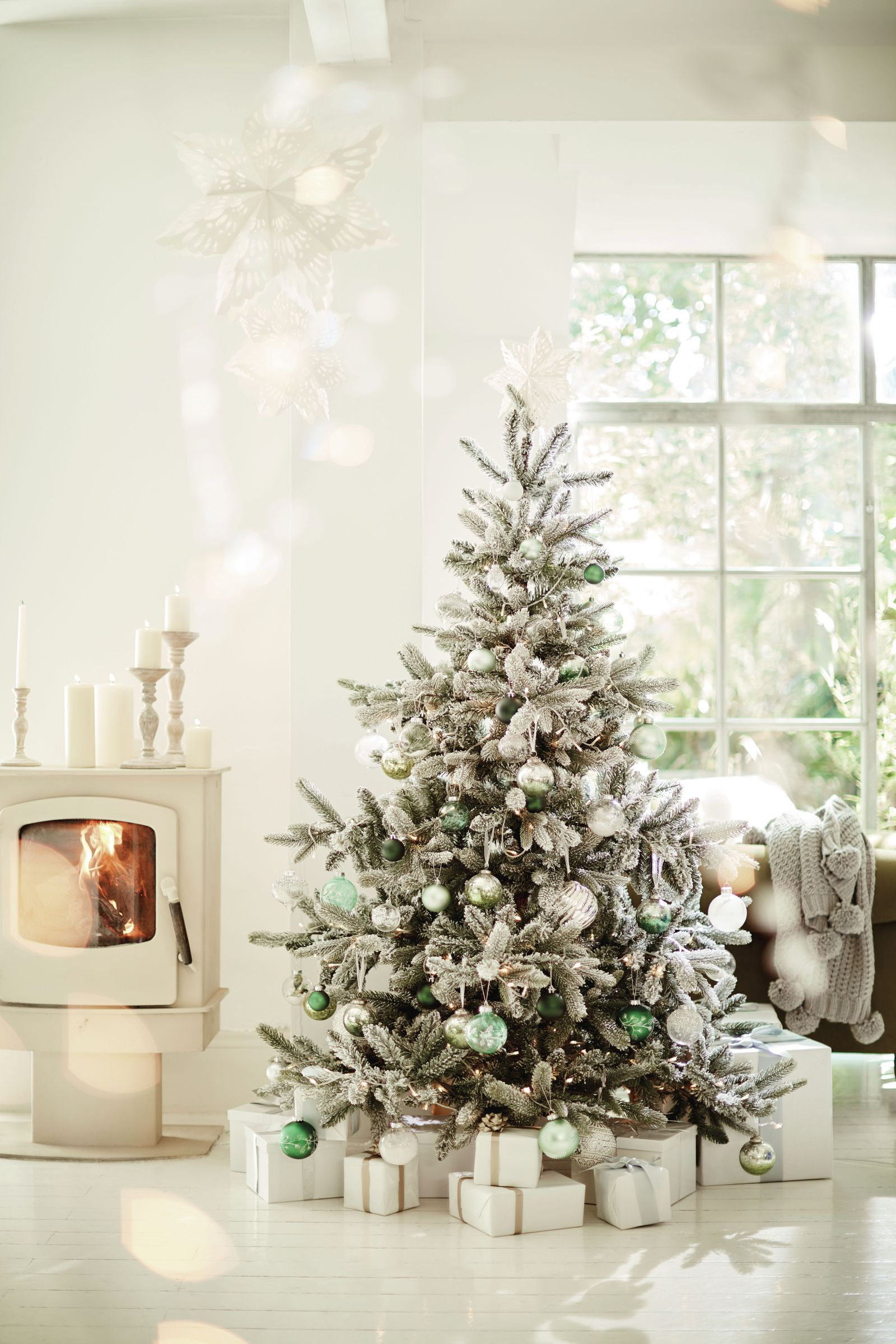 14 Quotes And Festive Room Schemes That Will Make You Feel All Christmassy Inside Christmas Decorations Apartment Christmas Decorations For The Home Best Artificial Christmas Trees