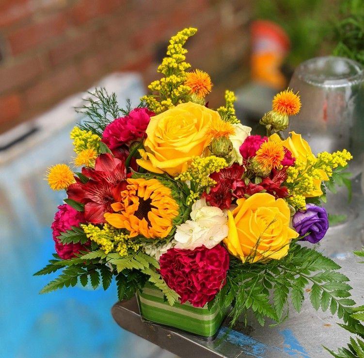 Bright color mix in 2020 sunflower floral arrangements
