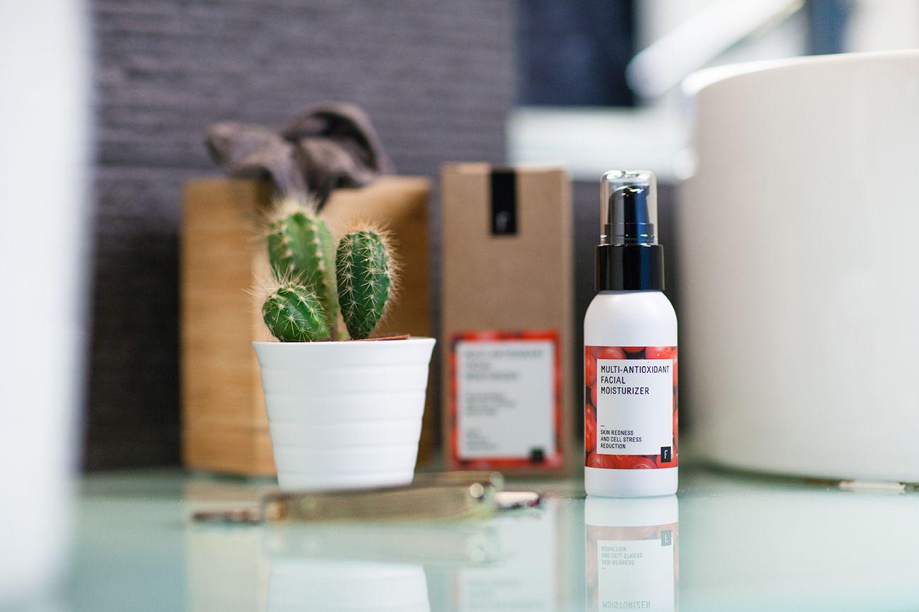 La Multi-Antioxidant Facial Moisturizer incorpora la última tecnología natural en hidratación y reducción del estrés cutáneo. ¡Un imprescindible en tu baño!