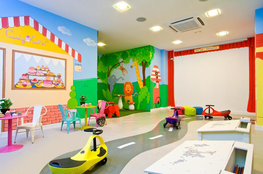 Decoracion de una sala de juegos de comunidad de - Murales para habitaciones infantiles ...