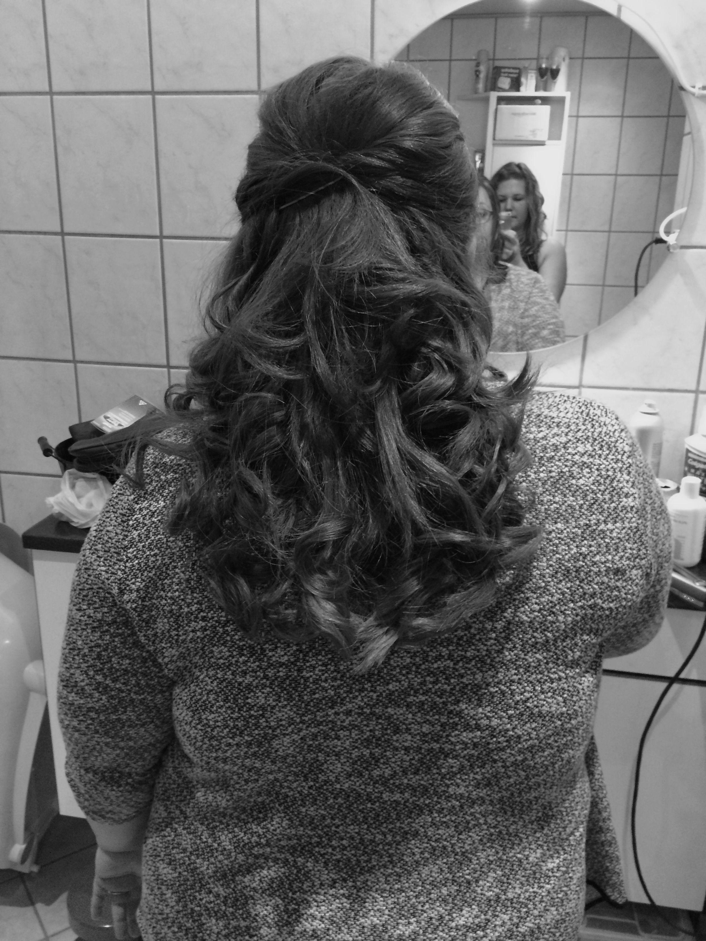 """Det ser så fancy ud, nå de krøller deres hår """"hollywood-style"""" men det er faktisk ret nemt. Min veninde gjorde dette ved at rulle totter af hår omkring 2 fingrer, hvorefter hun varmede disse """"ruller"""" med glattejernet. ------------<3-------    It´s actually quite easy to curl your hair with a flatiron. Just swirl hair around 2 fingers and then heat the """"swirl""""."""