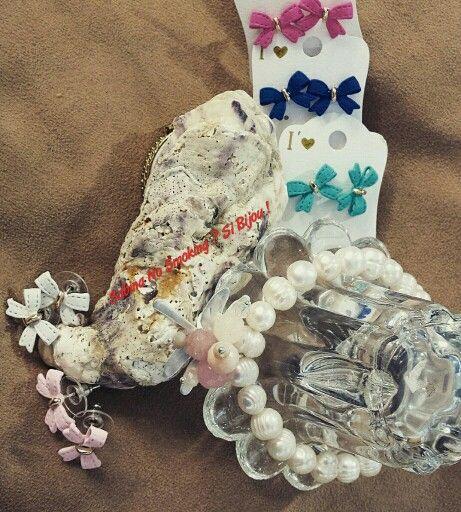 Orecchini fiocchetti colorati bracciale di perle di fiume e libellula