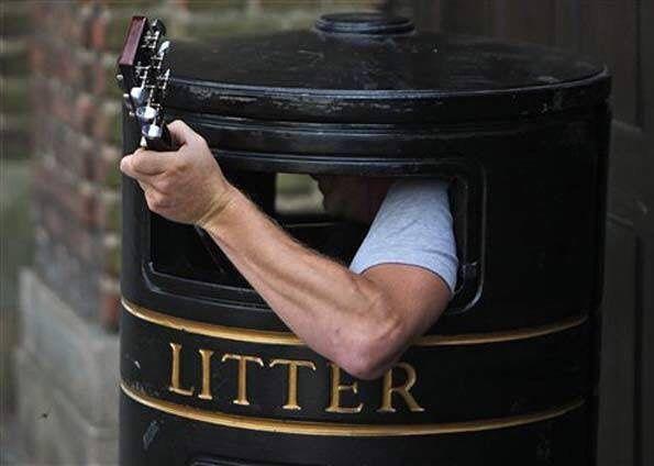 Adivinha o que eu achei novinho no lixo do meu condomínio aqui em Londres? Vocês não vão acreditar! Ficou curioso(a)? Então me segue lá no Snapchat e veja com seus próprios olhos... mileine-aliaga. Thanks!  #snapchat #litter #london #lixoinglesévida -#aquivcachadetudo #temdetudonolixo #inglaterra #england #europe #londres #lixo #acheinolixo #lixolondrino by mileinealiaga