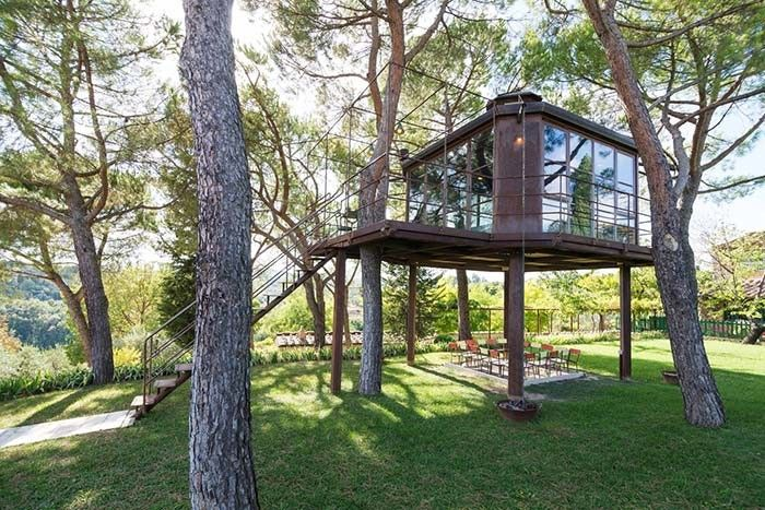 casaBARTHEL is a tree house immersed in the Tuscan landscape close to Siena.