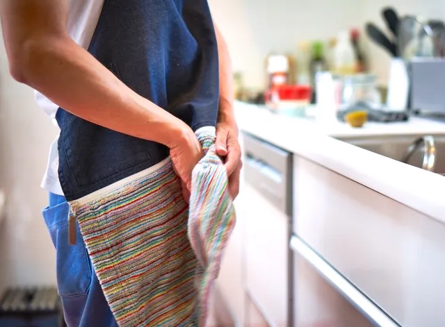 キッチンの作業スペースを広々と使える水切りマットキッチン の作業スペースを有効活用できる 頼もしいアイテムをご紹介します 誰しも一度は悩むのが 水切りカゴをどこに置くかですよね 台所に水切りカゴ自体置く場所がなかったり カゴはあるけれど大きな鍋や来客時の