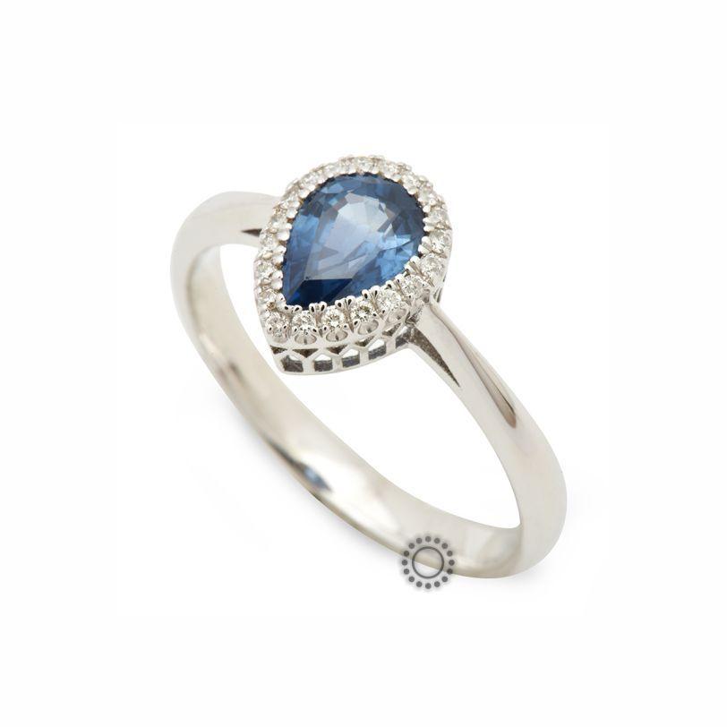 Διαχρονικό και κομψό δαχτυλίδι ροζέτα λευκόχρυσο Κ18 με δάκρυ μπλε ζαφείρι  και περιμετρικά διαμάντια σαν μονόπετρο 3bf3b47c4ae
